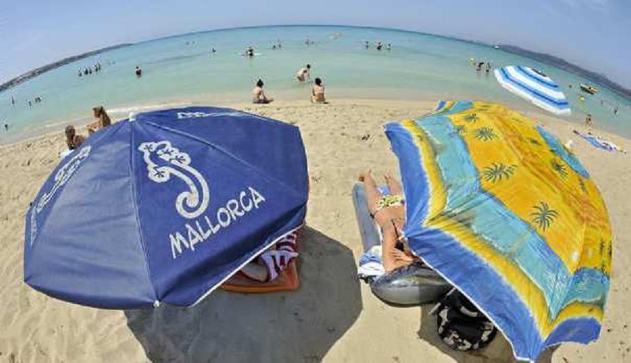 """إسبانيا تمنع السباحة بـ """" البيكيني """""""