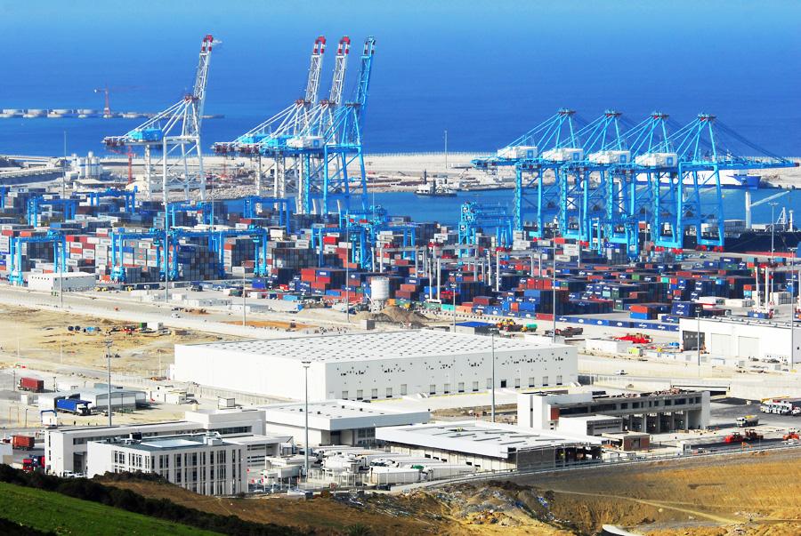 أرصفة ميناء طنجة المتوسط خارج السيادة المغربية
